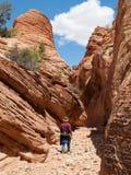 Человек идя вниз с узкого каньона стоковое изображение rf