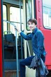 Человек идя войти трам города стоковое фото