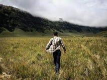 Человек идя вокруг в холм Savana Стоковое Изображение