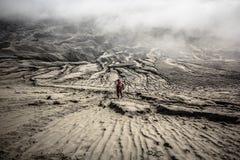 Человек идя вперед в песчанные дюны стоковые изображения