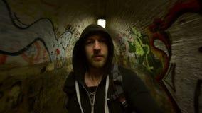 Человек идя в подземный тоннель