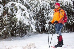Человек идя в снег с рюкзаком Стоковая Фотография RF