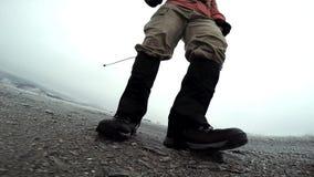 Человек идя в трек ботинок видео замедленного движения пеший сток-видео