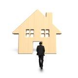 Человек идя к деревянной двери дома Стоковая Фотография