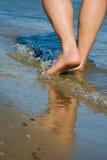 Человек идя на берег моря солнечный день стоковые фотографии rf