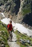 Человек идя на высокую горную тропу стоковая фотография rf