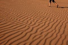 Человек идя на красивый песок стоковая фотография rf