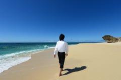Человек идя на пляж Стоковые Изображения RF
