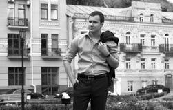Человек идя на улицу Стоковое Фото