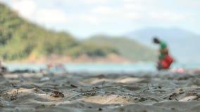Человек идя однако песок Стоковые Изображения
