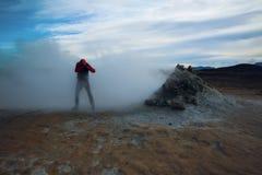Человек идя через пар, Hverir Исландию Стоковое Изображение RF