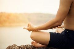 человек йоги на камне Стоковые Изображения