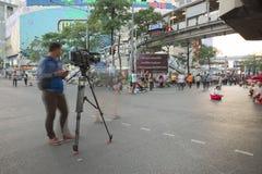Человек камеры и камеры от записи канала новостей Таиланда Стоковое Изображение