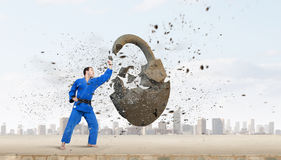 Человек карате в голубом kimino стоковое фото