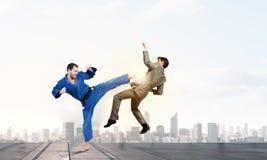 Человек карате в голубом kimino стоковые фотографии rf