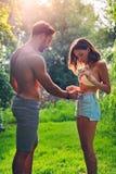 Человек касаясь его abs девушки в природе Стоковая Фотография RF