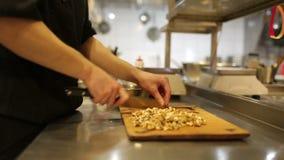 Человек кашевара, прерванные грецкие орехи сток-видео