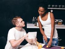 Человек, кашевар женщины совместно на кухне, рецепте проверки Стоковые Фотографии RF