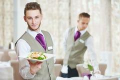 Человек кельнера в ресторане Стоковые Изображения