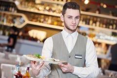 Человек кельнера в ресторане Стоковые Фото