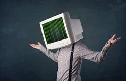 Человек кибер с экраном монитора и состав команд вычислительной машины на смещать Стоковые Фото