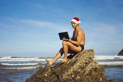 человек компьтер-книжки пляжа Стоковые Фотографии RF