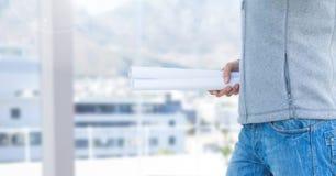 Человек конструкции держа светокопию Стоковые Фото