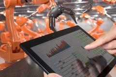 Человек контролирует робототехническое оружие с таблеткой Автоматизация и индустрия 4 Слово красного цвета расположенное над текс Стоковое Изображение RF