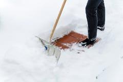 Человек копая снег на стоковые фотографии rf