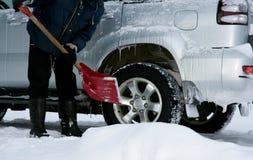 человек копая снежок Стоковая Фотография