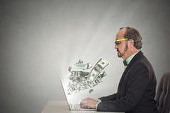 Человек корпоративного бизнеса с деятельностью стекел онлайн на компьютере Стоковая Фотография RF