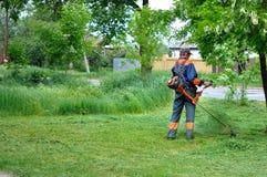 Человек косит траву Стоковое Изображение RF