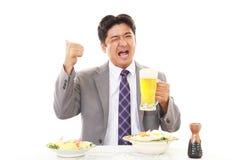 Человек который ест еду стоковое изображение rf