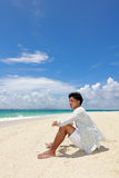 Человек который ослабляет на пляже стоковые изображения