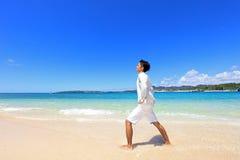 Человек который ослабляет на пляже стоковое изображение rf