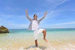 Человек который ослабляет на пляже стоковая фотография rf