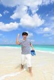 Человек который ослабляет на пляже Стоковые Фото