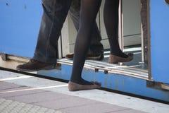 Человек который получает с поезда пока соль девушки Стоковые Фотографии RF