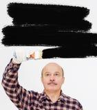 Человек красит стену Стоковая Фотография RF
