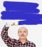 Человек красит стену Стоковые Фотографии RF