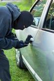 Человек крадя автомобиль Стоковая Фотография RF