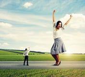 Человек кричащий на радостной коммерсантке Стоковое Фото
