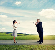 Человек кричащий на сумашедшей женщине на внешнем Стоковая Фотография RF