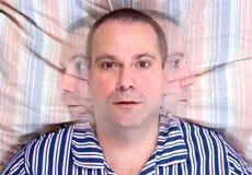 человек кровати лежа Стоковые Изображения