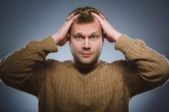 Человек крупного плана вспугнутый и сотрясенный Человеческое выражение стороны эмоции Стоковые Фотографии RF