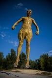 Человек крышки грязи скача к воздуху Стоковые Изображения