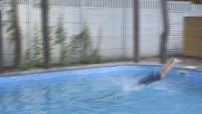 Человек купает в бассейне сток-видео