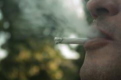 человек курит Стоковая Фотография RF