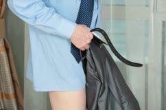 Человек кладет дальше брюки стоковое фото rf