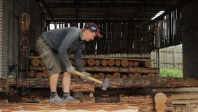 Человек кладет луч с молотком сток-видео